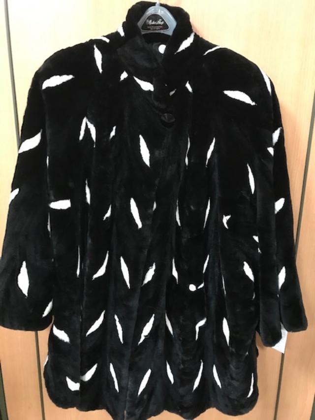 DE FURS Women's Mink Cape Black/White